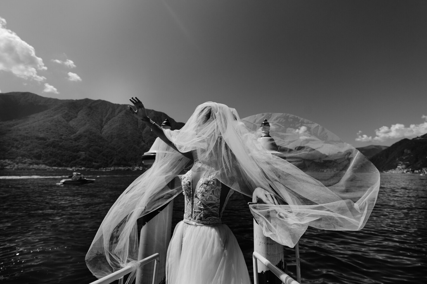 Wedding Photographer in Milan: Bride in a white dress on a lake